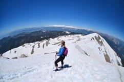 Πεζοπορία κοριτσιών Χιόνι στην κορυφή του βουνού Tahtali, Τουρκία Στοκ φωτογραφία με δικαίωμα ελεύθερης χρήσης
