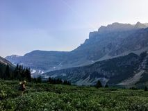 Πεζοπορία μέσω μιας όμορφης κοιλάδας στην κρυμμένη λίμνη τρόπων στοκ εικόνα με δικαίωμα ελεύθερης χρήσης
