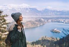Πεζοπορία νέα γυναίκα με τα βουνά ορών και αλπική λίμνη στο backgr Στοκ Εικόνες