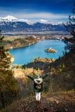 Πεζοπορία νέα γυναίκα με τα βουνά ορών και αλπική λίμνη στο backgr Στοκ Φωτογραφία