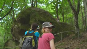 Πεζοπορία ομάδα τουριστών στο άγριο φυσικό πάρκο ζουγκλών στα βουνά Όμορφη γυναίκα με το σακίδιο πλάτης που κάνει τη φωτογραφία κ απόθεμα βίντεο