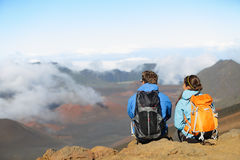 Πεζοπορία - οδοιπόροι που κάθονται απολαμβάνοντας τη θέα σχετικά με το ηφαίστειο Στοκ Εικόνα