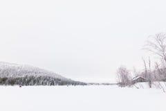 Πεζοπορία πέρα από μια παγωμένη λίμνη Στοκ Φωτογραφία