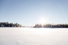 Πεζοπορία πέρα από μια παγωμένη λίμνη Στοκ Φωτογραφίες