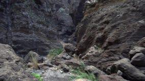 Πεζοπορία σε ένα βαθύ φαράγγι απόθεμα βίντεο