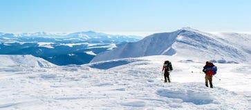 Πεζοπορία σε μια χιονώδη κορυφογραμμή στοκ φωτογραφία με δικαίωμα ελεύθερης χρήσης