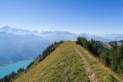 Πεζοπορία στα ζαλίζοντας ελβετικά βουνά, άποψη των ορών, πράσινη χλόη, δασικό μονοπάτι swiand στοκ φωτογραφία με δικαίωμα ελεύθερης χρήσης