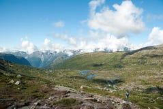 Πεζοπορία στα νορβηγικά βουνά Στοκ Εικόνα