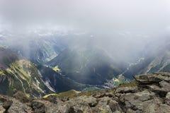 Πεζοπορία στην κοιλάδα Aosta, τοπίο από τη σύνοδο κορυφής Arpisson με τα χαμηλά σύννεφα Στοκ Εικόνες