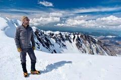 Πεζοπορία στην Ουάσιγκτον Ορειβάτης ατόμων στην κορυφή βουνών Ευτυχές πρόσωπο στη σύνοδο κορυφής του υποστηρίγματος ST Helens στοκ εικόνα