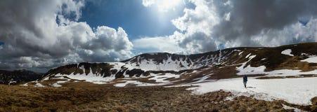 Πεζοπορία στη χιονώδη κορυφογραμμή βουνών Στοκ φωτογραφία με δικαίωμα ελεύθερης χρήσης