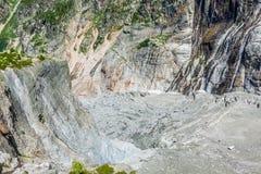 Πεζοπορία στον παγετώνα Argentiere με την άποψη σχετικά με τον ορεινό όγκο des Aig Στοκ Εικόνες