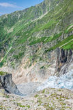 Πεζοπορία στον παγετώνα Argentiere με την άποψη σχετικά με τον ορεινό όγκο des Aig Στοκ Εικόνα