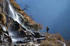 Πεζοπορία στο πηδώντας φαράγγι τιγρών Βουνά και ποταμός Μεταξύ Xianggelila και της πόλης Lijiang, επαρχία Yunnan, Θιβέτ, Κίνα στοκ εικόνες