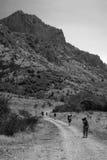 Πεζοπορία στο bw βουνών Στοκ Φωτογραφίες