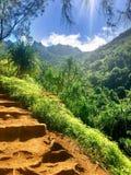 Πεζοπορία του φυσικού ίχνους Kalalau στη φυσική ακτή NA Pali Kauai Χαβάη Στοκ Φωτογραφία