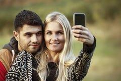 Πεζοποριες ζεύγος που παίρνει τη φωτογραφία Selfie Στοκ Φωτογραφίες
