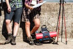 Πεζοποριες ζεύγος που στηρίζεται στην ακτή Στοκ φωτογραφίες με δικαίωμα ελεύθερης χρήσης