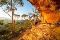 Πεζοπορώ απογεύματος γύρω από τους απότομους βράχους sandsttone των μπλε βουνών στοκ εικόνα