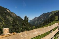 Πεζοπορώ βουνών στα όρη στοκ φωτογραφία με δικαίωμα ελεύθερης χρήσης