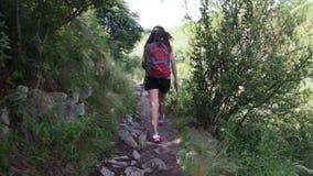 Πεζοπορώ γυναικών σε ένα βουνό στο Λα Cumbre φιλμ μικρού μήκους