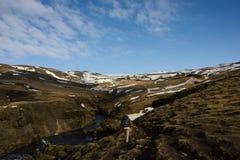 Πεζοπορώ γυναικών στο ισλανδικό τοπίο στοκ εικόνα