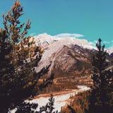 Πεζοπορώ μέσω των βουνών kananaskis στοκ εικόνες
