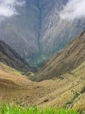 Πεζοπορώ στην αρχαία στρωμένη ίχνος πορεία Inca σε Machu Picchu Περού Κανένας άνθρωπος Στοκ φωτογραφία με δικαίωμα ελεύθερης χρήσης