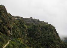 Πεζοπορώ στην αρχαία στρωμένη ίχνος πορεία Inca σε Machu Picchu Περού Κανένας άνθρωπος Στοκ εικόνα με δικαίωμα ελεύθερης χρήσης