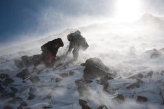 Πεζοπορώ στο χειμερινό βουνό. Στοκ Εικόνες