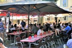 Πεζούλι του εστιατορίου σε μια μικρή οδό της ενισχυμένης πόλης Στοκ Εικόνες