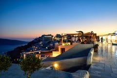 Πεζούλια εστιατορίων σε Santorini Στοκ εικόνα με δικαίωμα ελεύθερης χρήσης