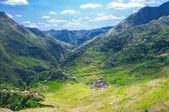 Πεζούλια ρυζιού στις Φιλιππίνες Το χωριό είναι σε μια κοιλάδα amo Στοκ Φωτογραφία