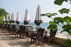 Πεζούλι άποψης θάλασσας του ξενοδοχείου πολυτελείας Στοκ εικόνα με δικαίωμα ελεύθερης χρήσης