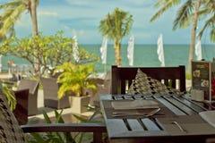 Πεζούλι εστιατορίων θερέτρου ξενοδοχείων με το seaview για το πρόγευμα στοκ εικόνα