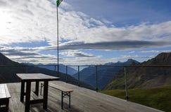 Πεζούλι με την όμορφη θέα βουνού στοκ εικόνες