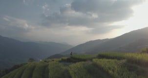 Πεζούλι ρυζιού Longji στο μεταλλικό θόρυβο ένα χωριό στο ηλιοβασίλεμα απόθεμα βίντεο