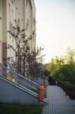 Πεζοδρόμιο και είσοδοι στις σκάλες του residentlal κτηρίου στοκ φωτογραφία με δικαίωμα ελεύθερης χρήσης