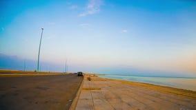 Πεζοδρόμιο και παραλία από το απόγευμα στο σούρουπο με τα χρώματα αύξησης απόθεμα βίντεο