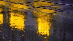 Πεζοδρόμιο μετά από τη βροχή με τις ελαφριές αντανακλάσεις Στοκ Εικόνες
