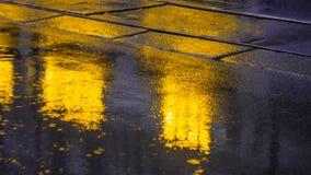 Πεζοδρόμιο μετά από τη βροχή με τις ελαφριές αντανακλάσεις Στοκ εικόνες με δικαίωμα ελεύθερης χρήσης