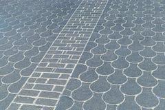 Πεζοδρόμιο με την κλίμακα και διαγώνια το σχέδιο ψαριών Στοκ Εικόνες