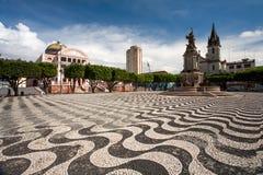 Πεζοδρόμιο πόλεων του Manaus με το θέατρο του Αμαζονίου και εκκλησία στη Βραζιλία στοκ εικόνες