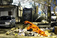 Πεζοδρόμιο στο κεντρικό Μπακού, με τους σωρούς των σκουπιδιών, του αυτοκινήτου και της κατασκευής Στοκ εικόνα με δικαίωμα ελεύθερης χρήσης