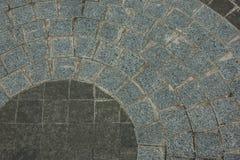 Πεζοδρόμιο του γρανίτη των διαφορετικών χρωμάτων υπό μορφή κύκλου στο προαύλιο της εκκλησίας Στοκ φωτογραφία με δικαίωμα ελεύθερης χρήσης
