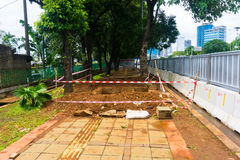 Πεζός κάτω από τη φωτογραφία κατασκευής που λαμβάνεται στην Τζακάρτα Ινδονησία Στοκ Φωτογραφία