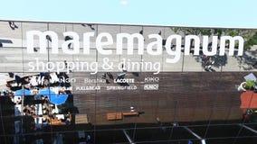 Πεζός κοντά στην πινακίδα καθρεφτών του ψωνίζοντας κέντρου Maremagnum ψυχαγωγίας απόθεμα βίντεο