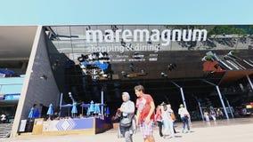 Πεζός κοντά στην πινακίδα καθρεφτών του ψωνίζοντας κέντρου Maremagnum ψυχαγωγίας φιλμ μικρού μήκους