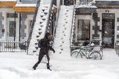 Πεζός που περπατά σε ένα πεζοδρόμιο Στοκ φωτογραφία με δικαίωμα ελεύθερης χρήσης