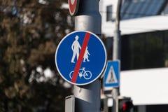 Πεζός σημαδιών κυκλοφορίας και οδικό τέλος ποδηλάτων στοκ εικόνες